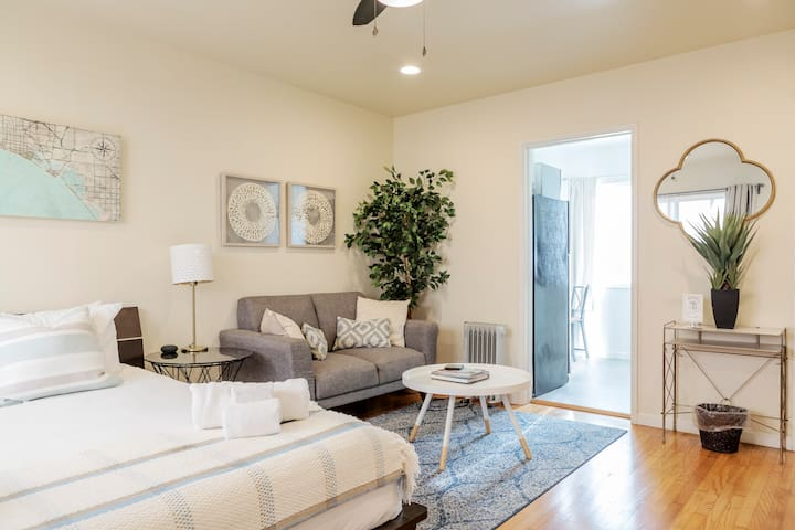 Studio, steps away from 2nd St. *BELMONT SHORE*