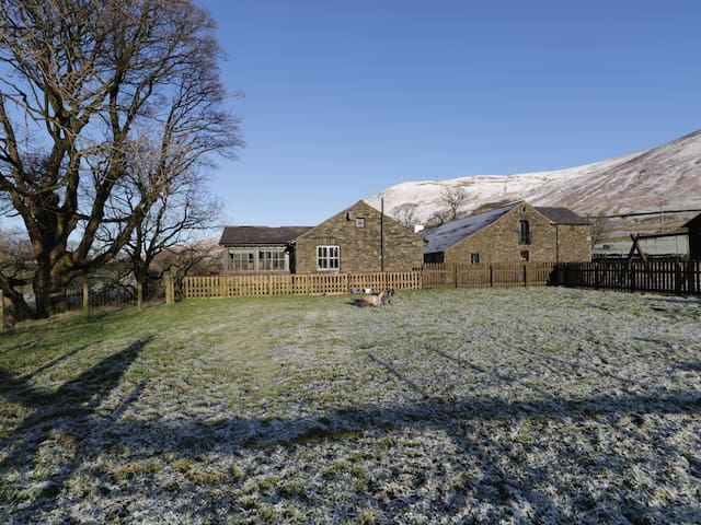 RIVER BANK COTTAGE, pet friendly, with a garden in Tebay , Ref 915763
