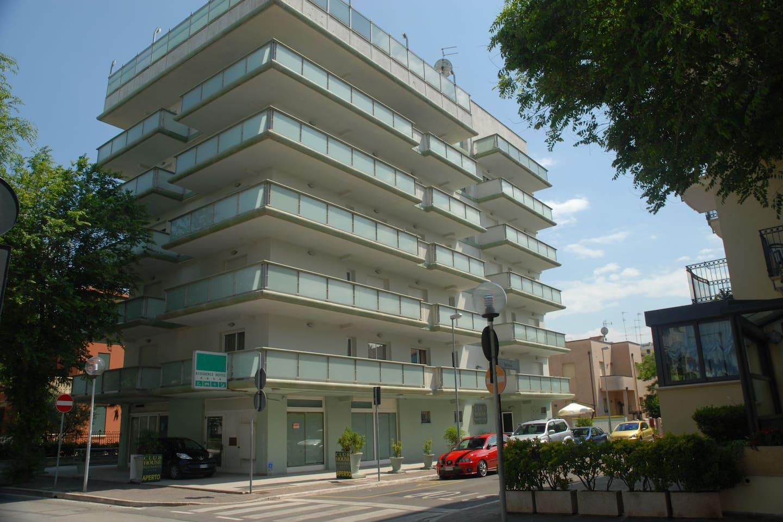 Appartamento in residence con piscina sul terrazzo, a 50 metri dalla ...