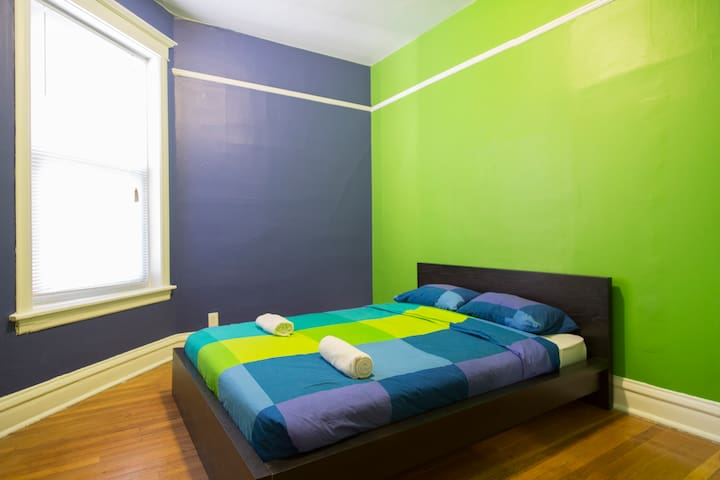 Wrigley Hostel - Queen Bed Room