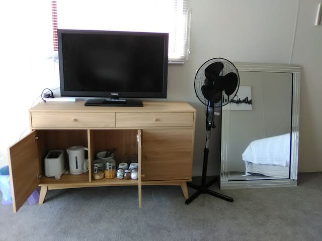 Television for use with Chromecast or connect to laptop, tea, coffee etc, toaster and jug and Cuttlery and cereals