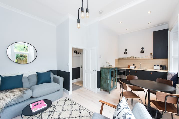 Stunning City Center Apartment With Sunny Garden