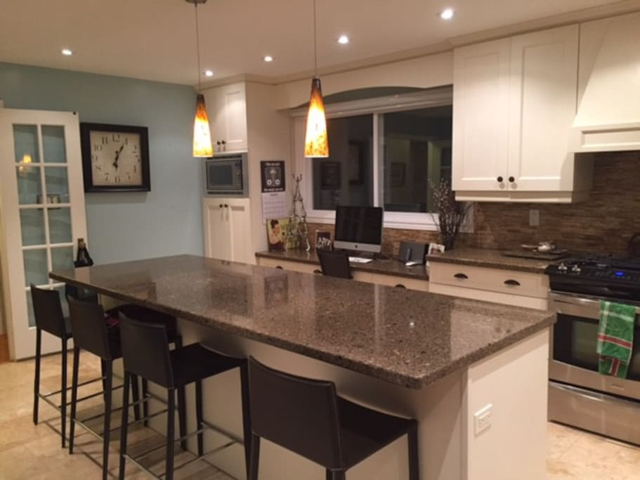 Beautiful family home with pool houses for rent in for Perfect kitchen restaurant mississauga