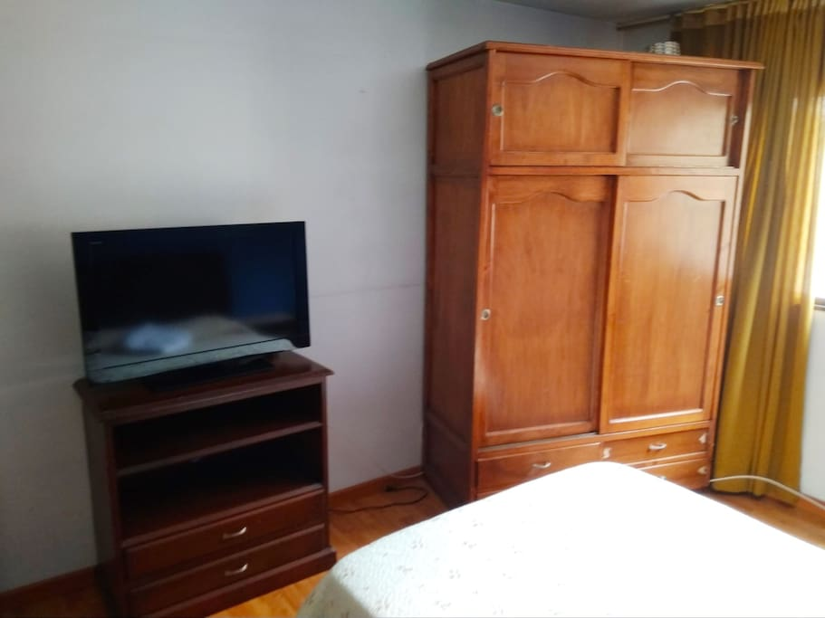 Televisión con cable y closed,  para guardar la ropa.