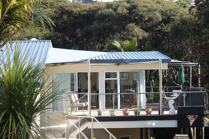 Waiheke Island, Onetangi bush retreat with seaview