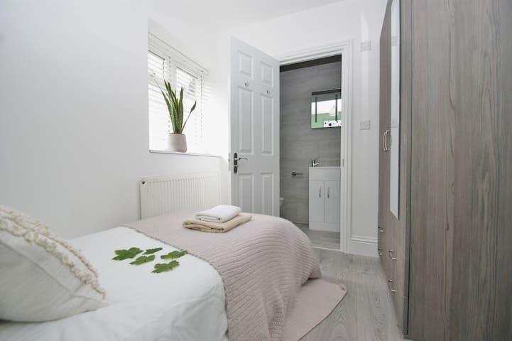 133R6 Ensuite modern, quiet room, 20min to center