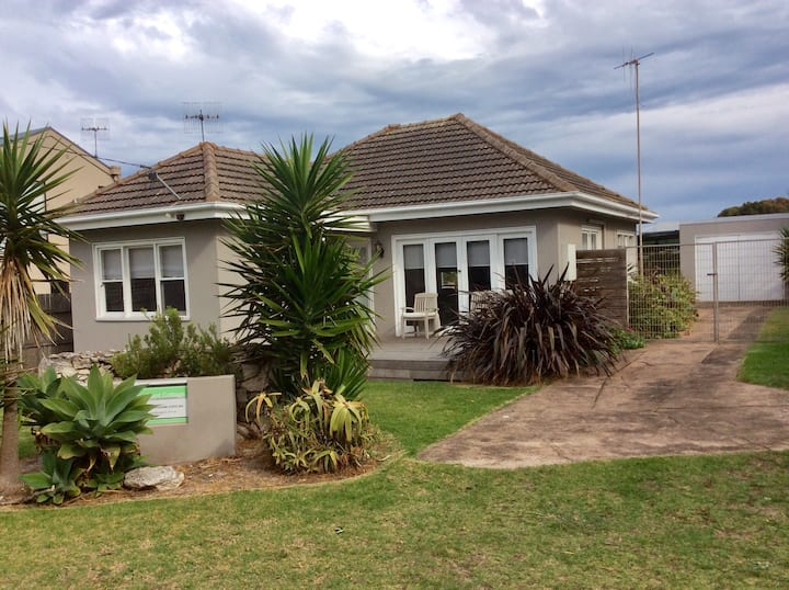 Martins Point Cottage - Cosy and Central