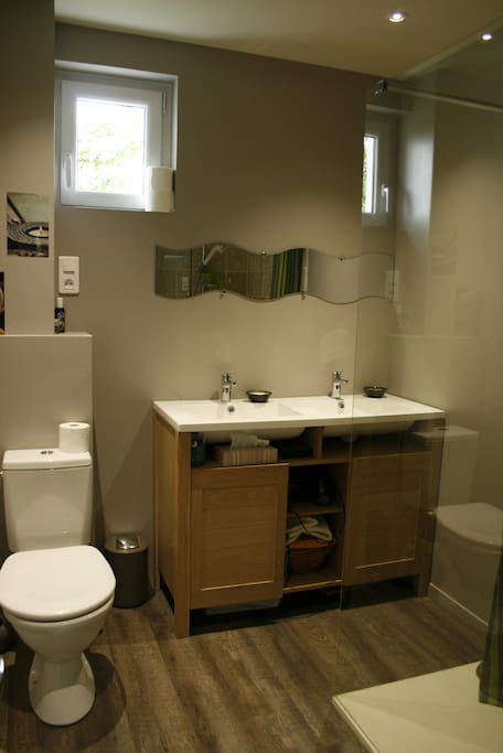 Salle d'eau à partager avec la chambre voisine si occupée.