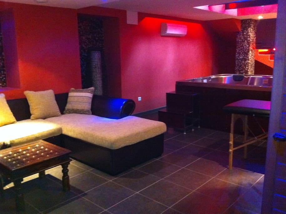 2 ième salon,accessible par un escalier aux lumières chaudes et au charme de SPA avec Hammam, et,écran téléviseur,ambiance reposante et fraîcheur garantie par la climatisation..salon convertible 4 places