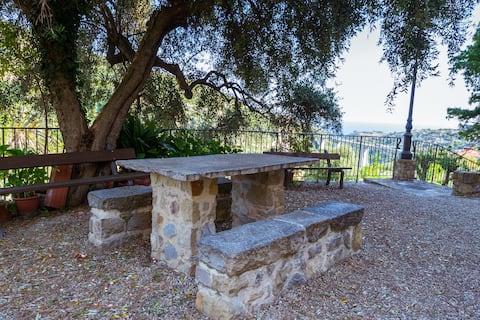 Fire-værelses lejlighed med udsigt i frodig frodig natur