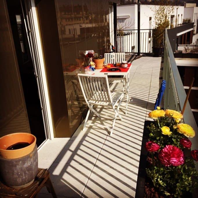 Une terrasse pour un petit déjeuner ensoleillé.