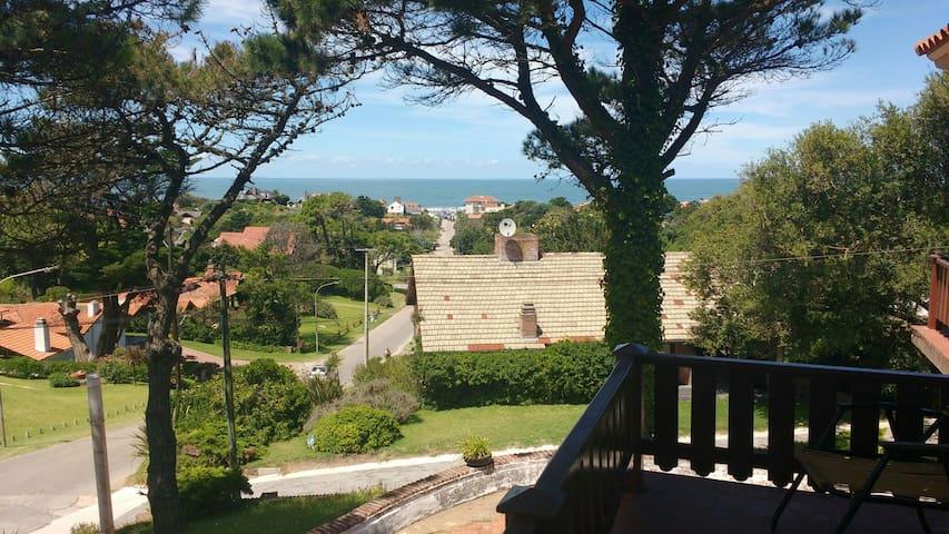 Vista al mar. Balcón de entrada a la casa