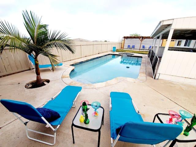 VIP Room #1: Heated Pool &Jacuzzi. Outdoor fun!