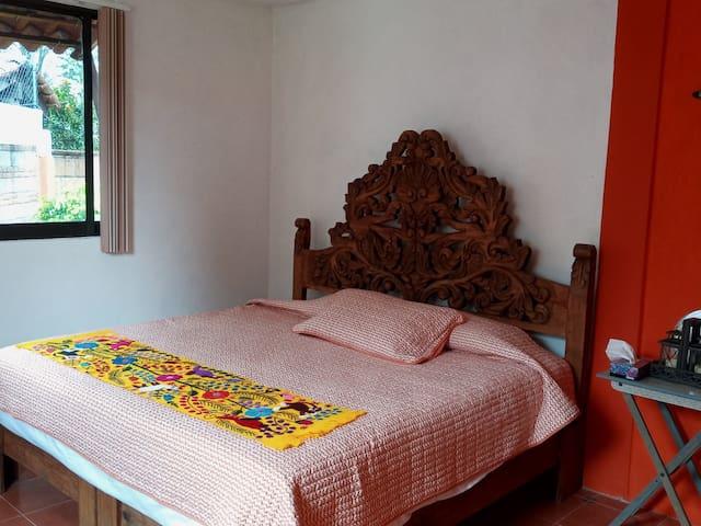 Recamara Principal con cama King Size, ideal para 2 o 3 personas