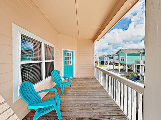 Sip evening drinks and enjoy coastal breezes on the front deck with seating for 2.