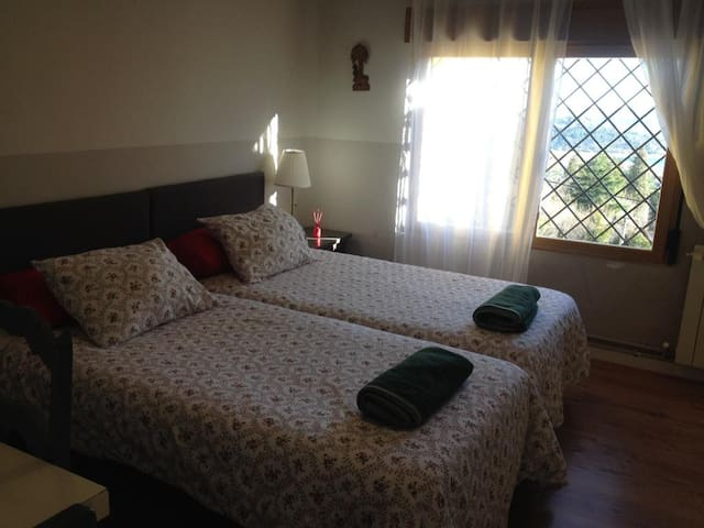 Los cuartos son grandes y cómodos con mucha luz y persianas. En uno de ellos con TV plana