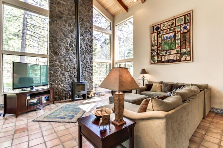 Luxurious dog-friendly home w/ close ski access, private hot tub, SHARC passes!