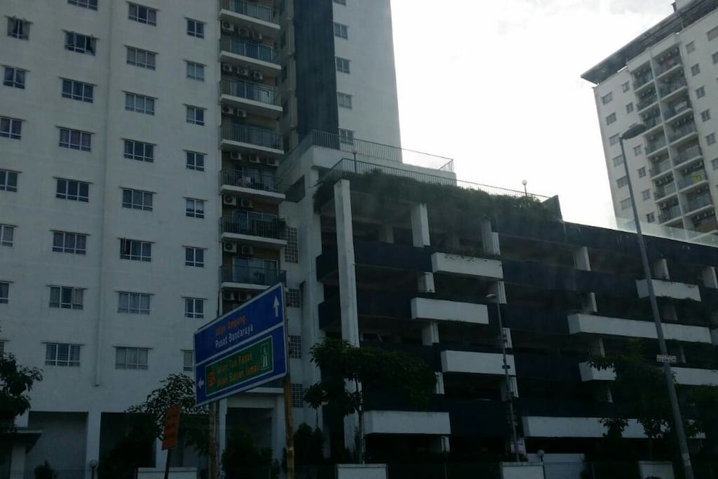 Suria Jelatek Residence is a prime and exclusive area that is near the Embassy Row and a mere 3 kilometres away from Kuala Lumpur City Centre (KLCC)