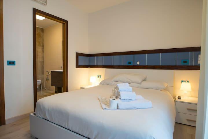 una camera da letto matrimoniale della tipologia tripla c4 .