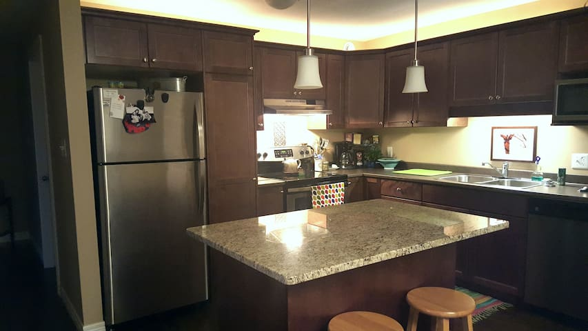 Bright, Clean Private Room in Modern Apartment - Fredericton - Apto. en complejo residencial