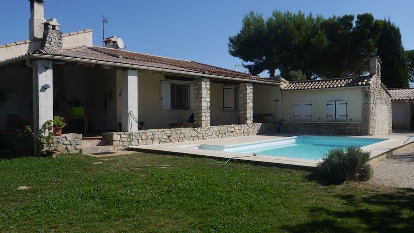 Grande maison provençale, jardin,piscine. - Bezouce