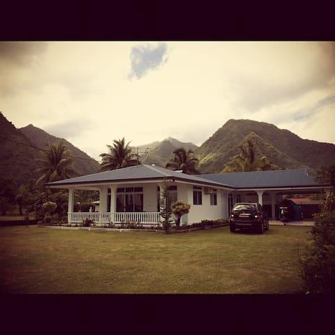 Grande maison face au spot de surf de Teahupoo - Teahupo'o - Huis