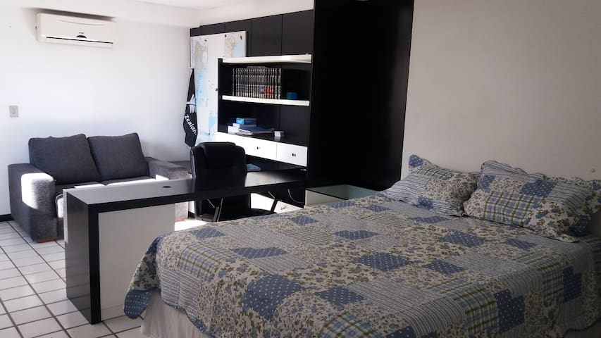 Suite confortável e espaçosa em bairro tranquilo.