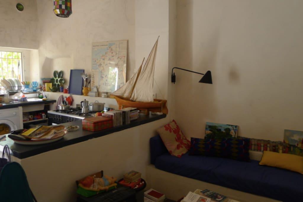 La cuisine ouverte sur la terrasse et la pièce à vivre