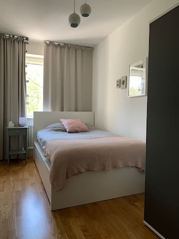 Sovrum med 120cm säng och garderob