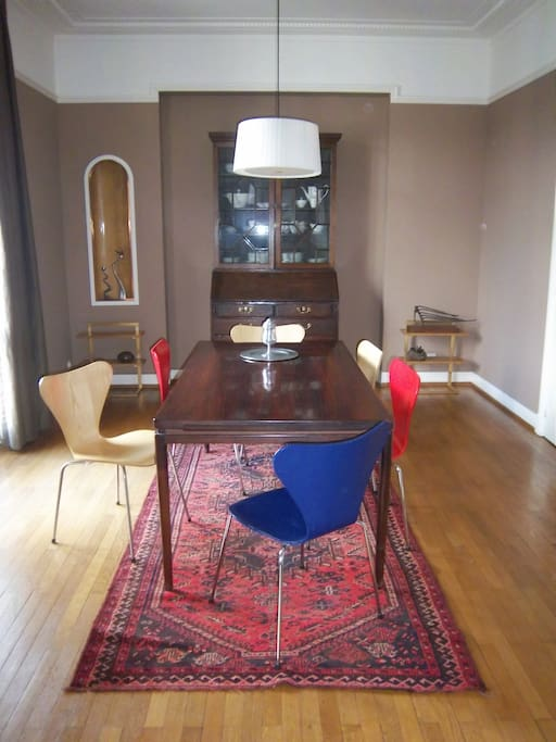 Dining area table for 6 can be extended to 10