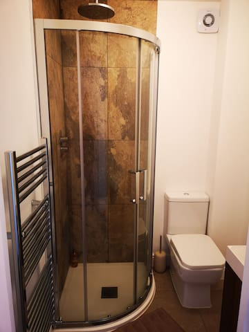 Modern Double ensuite 8 mins from the airport