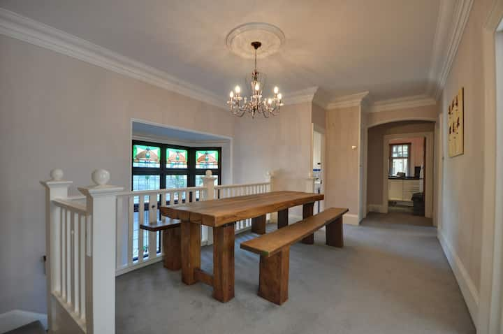 Talbot Woods: tastefully decorated 2 bed, WIFI, parking