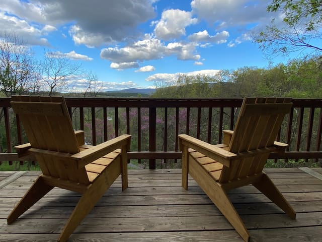 """The Chalet"" Shenandoah Valley Getaway w/ Hot Tub"