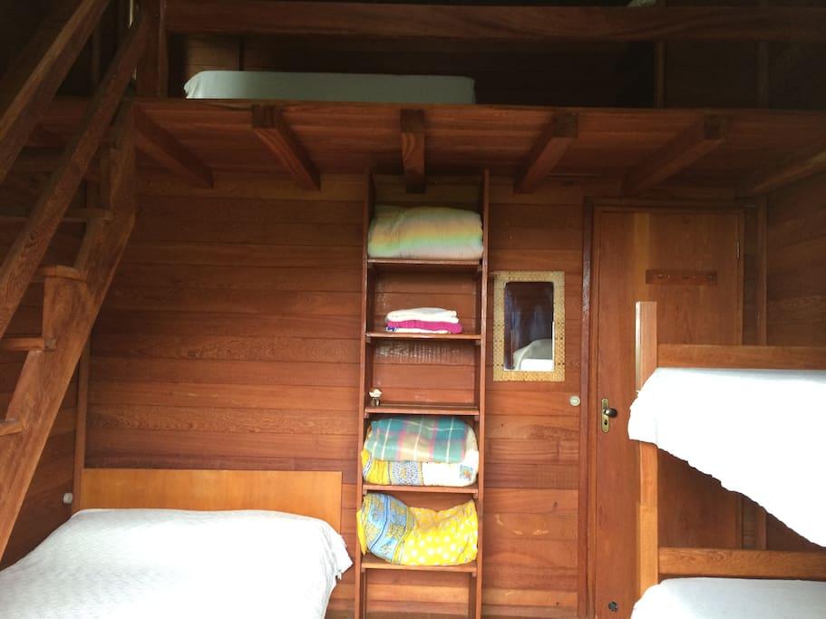 Quarto 2 - Quarto privativo com 01 cama de casal, 01 beliche e 02 colchões de solteiro. O bwc e a cozinha são compartilhados com os demais hóspedes.