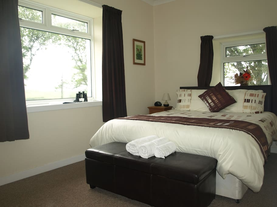 This room can be twin or double. It has dual aspect windows overlooking fields and trees. It is en suite