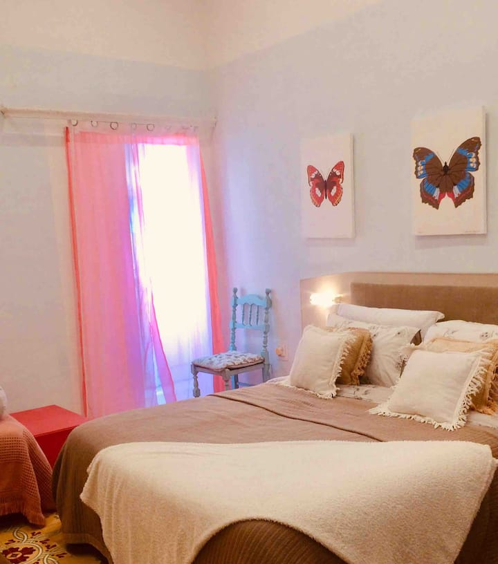 Large dbl room, private bathroom, A/C, free WiFi