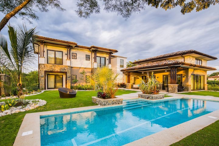Luxurious house with private pool, on-site golf, walking trails, & more!