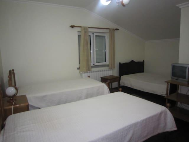 Quarto triplo em residencial - Santa Comba - 獨棟