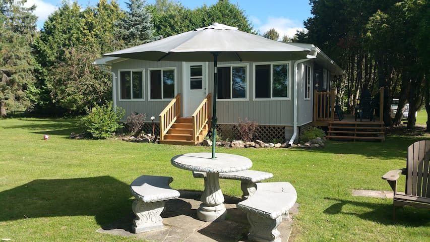 Beautiful lakefront cottage on quiet lake. - Eganville - Cabin
