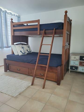 Habitación  con litera para 3. Gavetero y aire acondicionado.