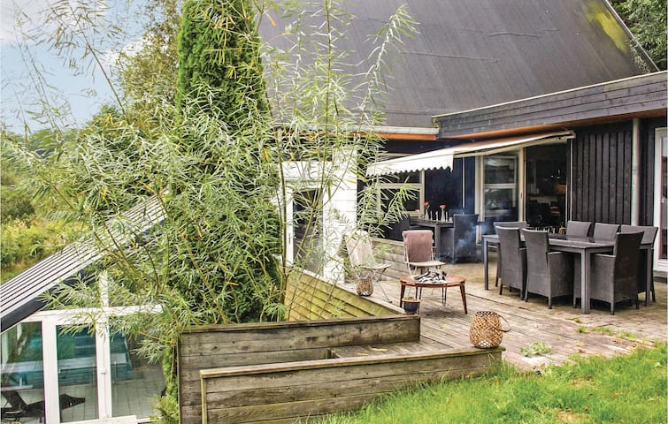 Holiday cottage with 6 bedrooms on 300 m² D16250