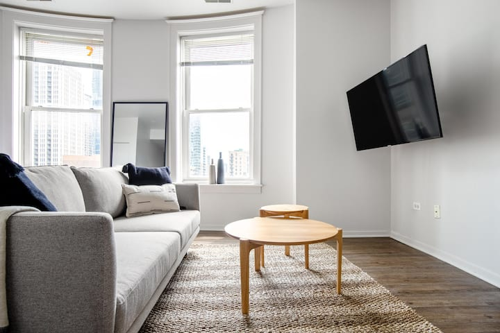 Bright South Loop Studio, walk to L, Grant Park & Shedd, by Blueground