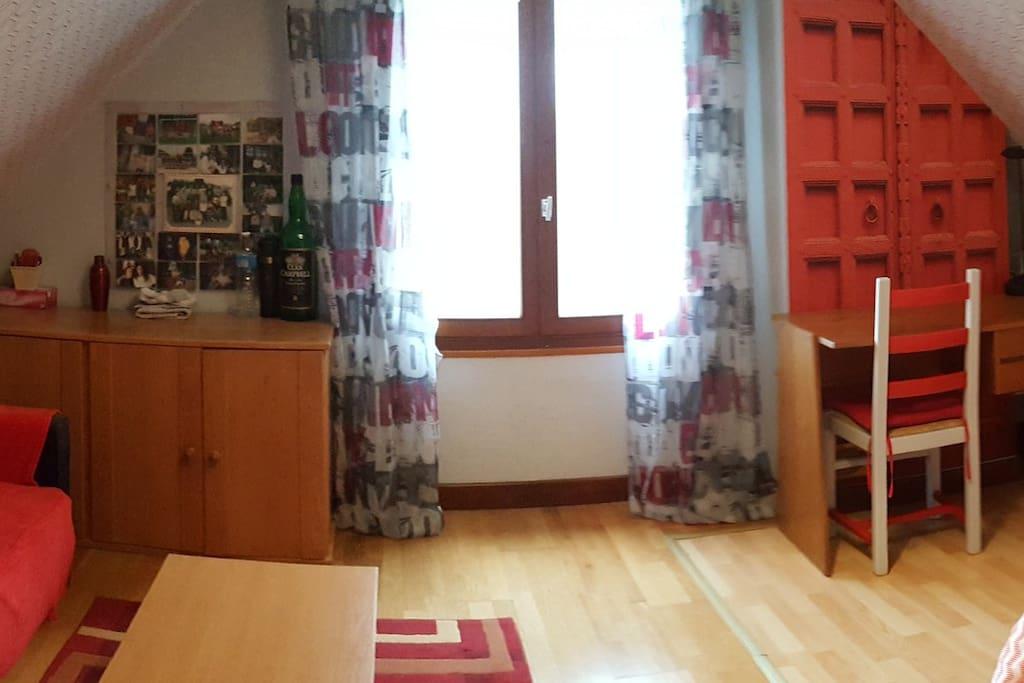 CHAMBRE 2 ( lit devant bureau )