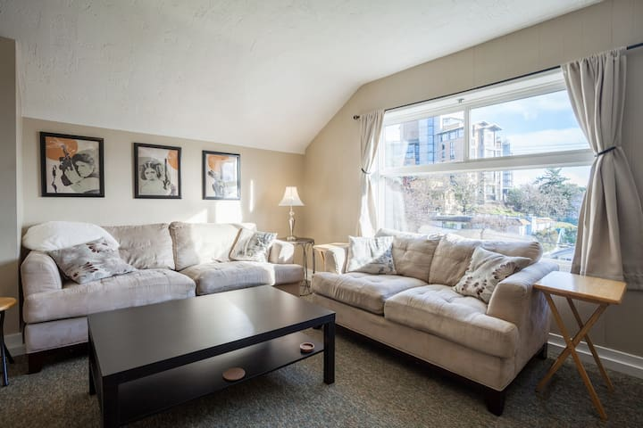 Bright, Top Unit, Close to Downtown, Ocean Views!