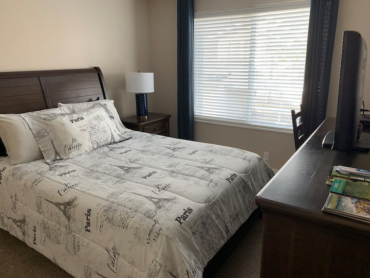 Comfortable, mins to freeway, mall & ski bus stop
