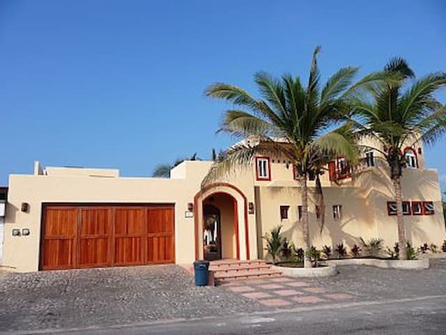 Large beachfront villa for 2-16 guests - Cuyutlán - Vila