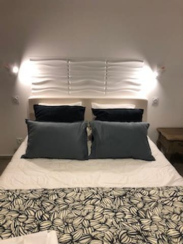 Chambre principale. Literie Premium. Queen Size. Placards aménagés.  Grand confort et matériaux de qualité.
