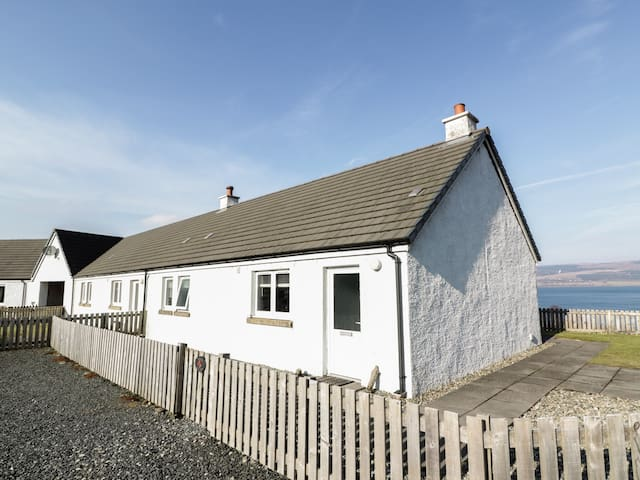 POPPIES COTTAGE, pet friendly in Salen, Isle Of Mull, Ref 938199