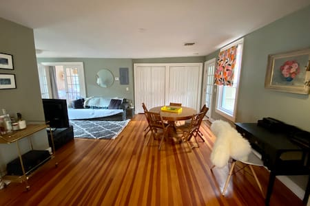 Lovely Downtown Lenox Apartment, Walkers Delight!