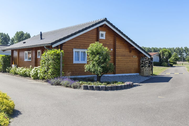 Sfeervolle houten chalet met eigen tuin en op 500m afstand van de Oosterschelde